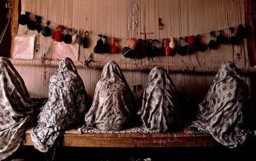 امام محلهای که زنان حاشیهنشین را پای دار قالی آورد