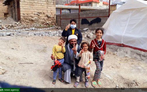 کودک سیسختی با دلجویی امام محله از شوک درآمد